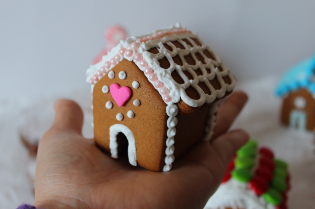 Mini Gingerbread Houses via bakeforcoffee.com